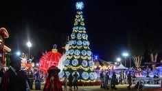 El árbol de Navidad iluminado en Winterfest, la más reciente experiencia de invierno en el sur de California.