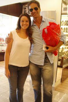 O ator Vitor Fasano faz compras na loja  Casa Eurico (com Fernanda Viana, assistente de comunicação da empresa)