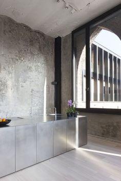 bare walls and metal kitchen for this simple industrial kitchen Interior Design Kitchen, Modern Interior Design, Interior Architecture, Interior And Exterior, Küchen Design, House Design, Bulthaup Kitchen, Br House, Urban Decor