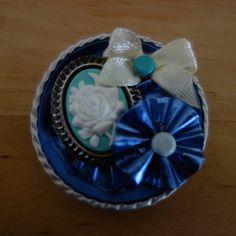 Broche en capsule de café nespresso recyclée avec fleur bleue et camée fleur blanche