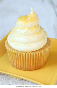 Honey Cupcakes with Honey Cream Cheese Frosting. Added a little more cream cheese to the frosting. Honey Cupcakes, Yummy Cupcakes, Honey Cake, Cupcake Recipes, Cupcake Cakes, Dessert Recipes, Drink Recipes, Just Desserts, Delicious Desserts