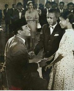 Sukarno & children guests, early is that. Vintage Pictures, Old Pictures, Old Photos, Young Obama, Rare Historical Photos, Founding Fathers, World History, Documentaries, Presidents