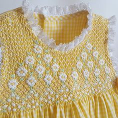 Smocking Baby, Smocking Patterns, Smocking Tutorial, Hand Embroidery Tutorial, Girls Smocked Dresses, Baby Girl Dresses, Baby Embroidery, Embroidery Fashion, Little Girl Outfits
