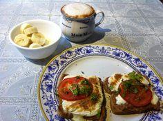 Molletes mañaneros con cafe y plátano. POR SAB SSG