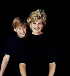 A rare portrait of Princess Diana with her eldest son Prince William, captured by John Swannell, a royal photographer. The portrait was used as a Christmas card ■ 1994 Princess Diana Photos, Princess Diana Family, Royal Princess, Prince And Princess, Lady Diana Spencer, Diana Son, William Y Kate, Prince William And Harry, Princesa Diana