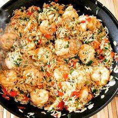 Receita delicia de arroz com camarão no blog! É tão fácil e rápido que dá para ser o almoço de hoje ainda!  #receita #camarao #frutosdomar #seafood #receitadecamarao #arrozcomcamarao #comida #instafood #gordice #almoço #recipe #blogdecomida #food #instafood #lifestyleblogger #ligestyle by bom_a_beca http://ift.tt/22krgbm