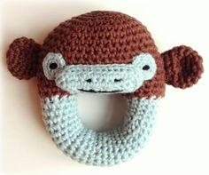 Her er en gratis opskrift på en nem hæklet rangle, der ligner en abe. Cirkelranglen er fin til en baby, der er ved at få tænder. Ranglen er hæklet i økologisk bomuld.