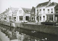 Zuidhaven 77 de rijwielhandel V.d. Nieuwendijk, 79 de fotozaak van G. Zom, 81 de tabakshandel van R. v.d. Laan en 83 de fourniturenzaak van A. Matthee