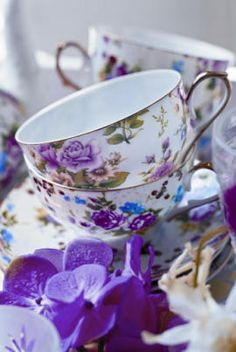purple violet tea cups and saucers! Tea Cup Saucer, Tea Cups, Café Chocolate, Teapots And Cups, My Cup Of Tea, Purple Wedding, High Tea, Afternoon Tea, Tea Time