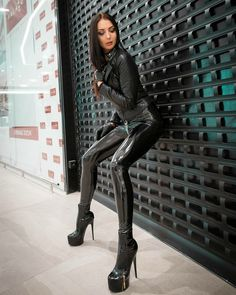 Leggings Mode, Leggings And Heels, Leggings Fashion, Sexy Latex, Lederhosen Outfit, Motard Sexy, Leather Pants Outfit, Latex Lady, Leder Outfits