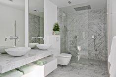 Smakfullt badrum i marmor