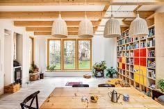 Knihovna je kopií té z předešlého bytu. Lepené dřevěné trámy jsou záměrně přiznané. Díky světlíku mezi nimi je místnost světlejší.