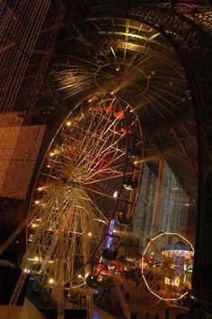 La fête foraine de nuit sous la nef du Grand Palais