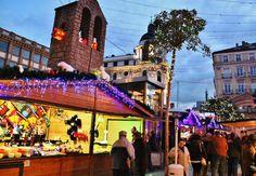http://guias-viajar.com/madrid/ Mercadillo de artesanía y regalos de la plaza de Benavente en #Navidad en #Madrid
