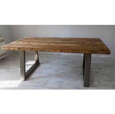 Mesa de estilo industrial con patas en forma de U, sobre de madera maciza y patas de hierro estructural