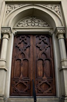 Door at Plum Street Tabernacle in Cincinnati, Ohio. There are no handles on the door. This was because the Tabernacle hid people on the Underground Railroad. When someone approached the door, they had to knock, thus giving warning to those inside. Grand Entrance, Entrance Doors, Doorway, Cool Doors, Unique Doors, Knobs And Knockers, Door Knobs, Portal, Doors Galore