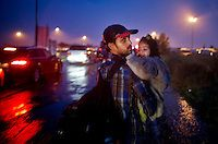 Budapest le 4 et 5 septembre 2015, en prenant le bus pour l'Autriche nous amenant sans un camp de réfugiés à Nickelsdorf à la frontière Austro Hongroise, avec des immigrés Afghans Zabihullah Sharifi 28 ans avec sa femme Bushre 24 ans et leur fille d'une année Behsa, dans des conditions extrêmement difficile au lever du jour sous la pluie les autorités autrichiennes les ont pris en charges avec 2000 migrant venant des pays du moyen orient, tous partis de la gare de Keleti de Budapest. ©… Bus, Afghans, Budapest, Concert, 28 Years Old, Middle East, In The Rain, Austria, Train Station