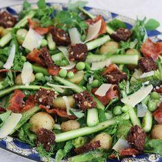Salat med asparges og bacon smager helt fantastisk og nærmest rimer på forår, sommer og sol. Denne opskrift på salat med asparges og bacon er desuden utrolig nem at lave.