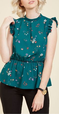 Peplum Professional Sleeveless Top in Teal Flowers. When it comes to styling the most unique blouses around, you show everyone how it's done with this teal top! Flapper Style Dresses, Indian Fashion Dresses, Blouse Styles, Blouse Designs, Girl Fashion, Fashion Outfits, Looks Plus Size, Casual Tops For Women, Ideias Fashion
