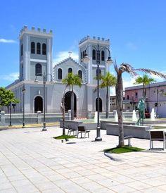 Plaza Manuel Corchado y Juarbe y la Parroquia San Antonio de Padua — en Isabela | Puerto Rico