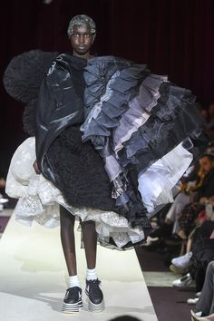 Comme des Garçons Fall 2018 Ready-to-Wear Fashion Show Collection: See the complete Comme des Garçons Fall 2018 Ready-to-Wear collection. Look 15 Fashion Week Paris, Runway Fashion, Womens Fashion, Haute Couture Style, Weird Fashion, High Fashion, Sculptural Fashion, Comme Des Garcons, Fashion Show Collection