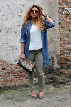 Plus Size Fashion for Women. Olive pants, white tee, denim/chambray shirt, leopard flats and clutch. Look Plus Size, Plus Size Women, Plus Size Fashion For Women Summer, Curvy Girl Fashion, Plus Fashion, Womens Fashion, Mode Outfits, Fashion Outfits, Fashion Tips