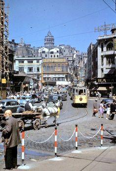 Karaköy Meydanı'nda sarı tramvay (1950'li yıllar)