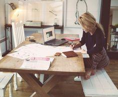 Heerlijke foto. Werken hoeft niet op een stoel. Het gaat erom hoe je het beste werkt. Gevoel dat je relax kan aanschuiven bij deze tafel. Gemoedelijk sfeertje.