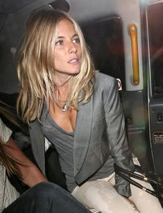 Actress Sienna Miller pictured leaving the Quo Vadis restaurant in Soho, where she took a taxi to the Soho hotel across the road, staying for 20 minutes before leaving by the back door, into a car with a mystery man. Sienna Miller Hair, Sienna Miller Style, Marisa Miller, New Hair, Your Hair, Medium Hair Styles, Long Hair Styles, Corte Y Color, Brown Blonde Hair