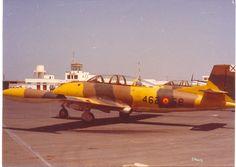 Hispano Aviación HA-200 Saeta, en el aeródromo de Villa Cisneros (Sáhara). Fighter Jets, Aviation, Aircraft, Cisneros, Villa, Planes, Fork, Villas, Airplane