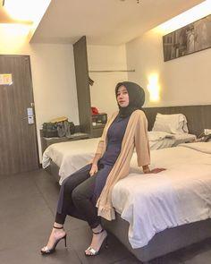 A day well spent 🍕 📷 Arab Girls Hijab, Girl Hijab, Muslim Girls, Muslim Women, Hijab Jeans, Korea, Hips And Curves, Jeans With Heels, Arab Women