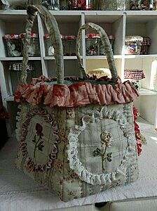 Sewing DIY to keep lose fabrics and accessories in. Gift or for self. Patchwork Bags, Quilted Bag, Handmade Purses, Embroidered Bag, Crochet Handbags, Purse Patterns, Fabric Bags, Cloth Bags, Bunt