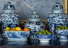 Chinoiserie decor blue and white ginger jars and bowls Delft, Blue And White China, Blue China, Keramik Vase, White Dishes, Himmelblau, Decorated Jars, Ginger Jars, White Decor