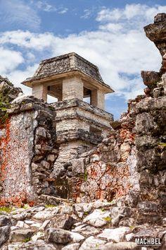 Torre observatorio sobre los muros del Palacio Ruinas Mayas Patrimonio de la Humanidad de Palenque Chiapas México