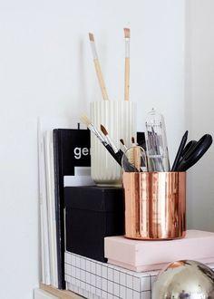 Des accessoires en cuivre pour un coin bureau design