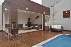 Piscina: A ampla área externa tem piscina e um local para relaxamento, com móveis de fibra sintética. Todo piso é de madeira própria para área externa (Marcelo Stammer / Divulgação)
