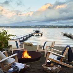 24 Perfect Patios with Fire Pits and Fireplaces - 12 Inspiring Outdoor Fire Pits for Breezy and Cozy Evenings Lakeside Living, Outdoor Living, Fire Pit Party, Haus Am See, Fire Pit Furniture, Rustic Furniture, Fire Pit Designs, Lake Cottage, Lakeside Cottage