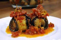 İslim Kebabı Malzemeleri 1 kg patlıcan 3 adet çarliston biber 3 adet domates  Köfte için Malzemeler 1/2 kg. kıyma 1 yumurta 1 adet soğan 4 yemek kaşığı galeta unu 2 diş sarımsak 1 tutam maydanoz 1 çay kaşığı kimyon Tuz Karabiber  Sos için Malzemeler 5 adet domates 2 yemek kaşığı zeytinyağı Pul biber Tuz Karabiber 1/2 bardak et suyu  Kızartmak için Malzemeler Zeytinyağı  Sos için; tencerede 2 yemek kaşığı zeytinyağını kızdırın. Rendelenmiş domatesleri, tuz, karabiber, pul biber ve ½ bardak…