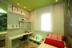A arquiteta Pricila Dalzochio gosta muito de usar temas nos seus projetos. Neste quarto adolescente, o tema foi bicicleta. Observem o teto pintado de verde, garantem um quarto nada comum. Projeto e fotografia da arquiteta Pricila Dalzochio.