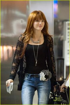 Bella Thorne and a female friend prepare to depart LAX (Los Angeles International Airport). They play around whispering to each other and making double hearts with their hands. Girl Celebrities, Celebs, Bella Thorne And Zendaya, Bella Thorne Young, Bella Throne, Divas, Beautiful Actresses, Girl Fashion, Street Style