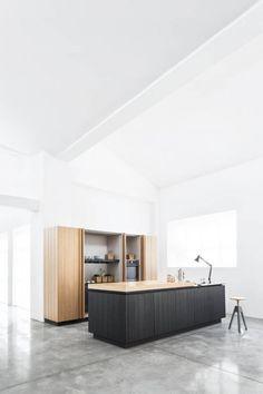 połączenie drewna ciepłego i grafitowego w kuchni