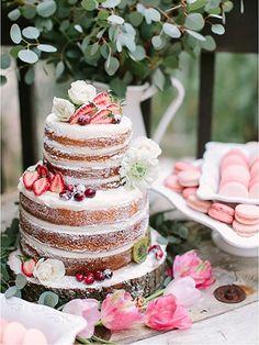 Naked cake: Pastel redondo con relleno delicioso y decorado con frutos y flores de temporada.