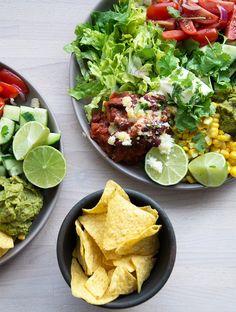 Lækker tex mex salat som kombinere det sprøde sunde med en lækker cremet guacamole og smovsede bønner - få den dejlige opskrift her