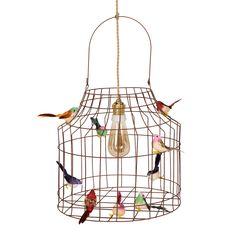 Hanglamp met vogeltjes Hanglamp van roestkleurig ijzerdraad met vogeltjes. Net echt! Inclusief snoer dat lijkt op scheepstouw, plafondkapje, vogeltjes en een kooldraadlamp (Ø7cm). Afmetingen Ø35cm x Ø35cm x h52cm incl. hengsel, snoer 1.5m ✓ Levertijd: Vandaag besteld voor 14u, morgen in huis! ✓ Ruilen kan. ✓ Geld terug (minus verzendkosten), mits binnen 14 dagen is teruggestuurd.