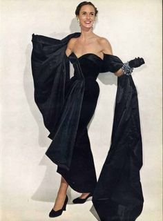 Amory S. in black velvet strapless evening gown with accompanying long stole, by Christian Dior, Vogue, November 1950 vintage fashion style color photo print ad model black long gown strapless dress stole wrap shoes gloves Vintage Fashion 1950s, Vintage Dior, Fifties Fashion, Vintage Gowns, Vintage Couture, Vintage Mode, Retro Fashion, Vintage Hats, Victorian Fashion