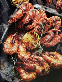 Braai prawns from Munch, by Hein Scholtz. Braai Recipes, Fish Recipes, Seafood Recipes, Vegetarian Recipes, Recipies, Cheesy Chicken Enchiladas, Meat Platter, Easy Party Food, Prawn