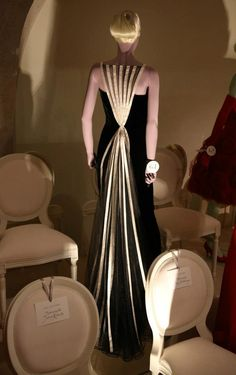 Valentino-Master of Couture at Somerset House 2012 - A 1992 black velvet evening gown worn by Julia Roberts for the 2001 Oscars