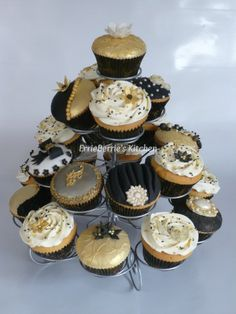 Black And Gold Birthday Cake, Black Gold Party, Wedding Cupcakes, Birthday Cupcakes, Black Cupcakes, Gatsby Party, 40th Birthday Parties, Chocolate Covered Strawberries, Dessert Table