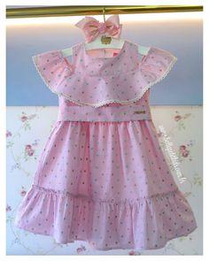 A imagem pode conter: pessoas em pé Toddler Dress, Baby Dress, Kids Dress Collection, Kids Dress Wear, Ring Bearer Outfit, Girls Dresses, Summer Dresses, Fashion Kids, Frocks