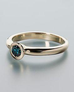 Goldring mit Brillant in intensivem Blau Der runde blaue #Diamant hat ein Gewicht von 0,25 Karat, ist farbverbessert und im Brillantschliff veredelt. Er hat einen Durchmesser von ca. 4 mm und wird in einer sicheren Spiegelfassung gehalten. #schmuck #sognidoro #sogni #doro #pendant #diamond